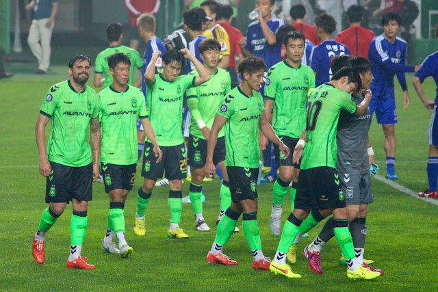 Jeonbuk Hyundai Motors team celebrating victory over Ulsan Hyundai. Photo Credit: Howard Cheng | Jeonbuk FC Season Preview