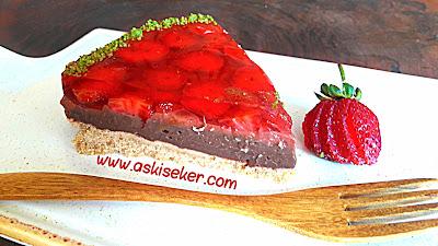 Çilekli Jöleli Pasta Tarifi nasıl yapılır kolay nefis videolu tatlı yemek tarifleri strawberry jelly cake dessert recipe delicious yummy taste tasty