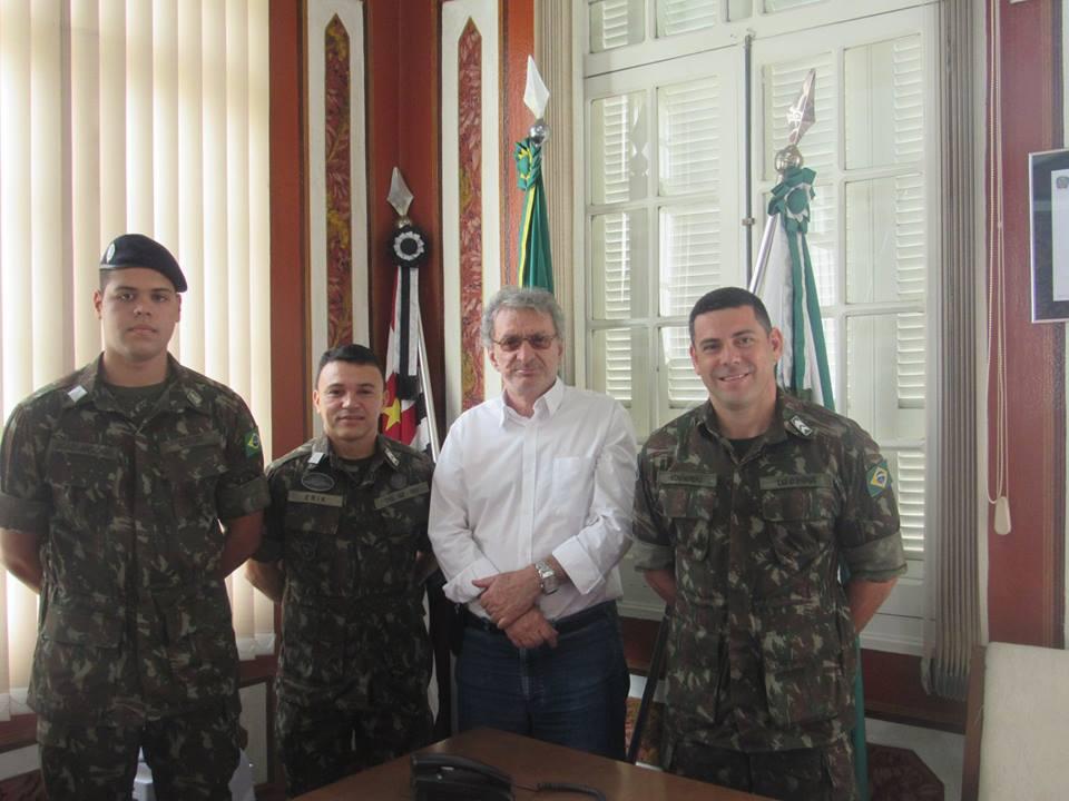 Presidente da Câmara Municipal recebe novo chefe de instrução do TG de Pinhal