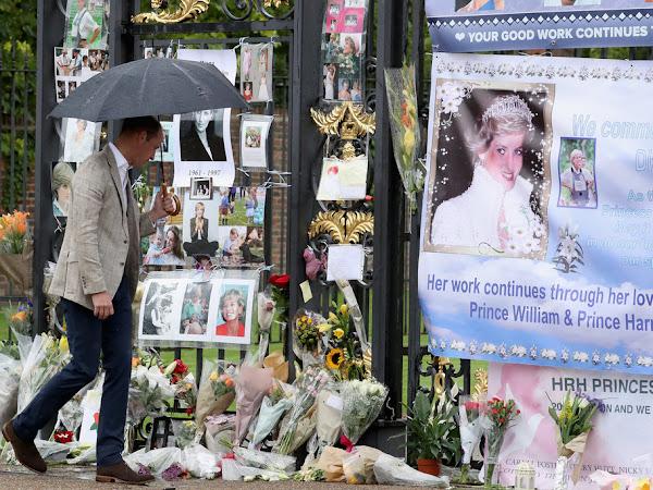 """Książę i księżna Cambridge oraz książę Harry w ,,White Garden"""" na terenie Pałacu Kensington."""