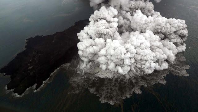 BMKG Temukan Dua Retakan Baru di Gunung Anak Krakatau