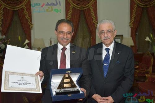 شوقي يكرم مدير إدارة حلوان التعليمية