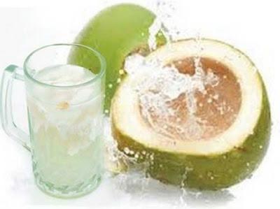 13 Manfaat Air Kelapa Hijau untuk Kesehatan Tubuh
