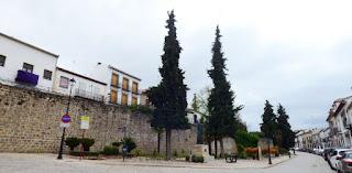 Frente a la Puerta de Jaén y el Arco de Villalar.
