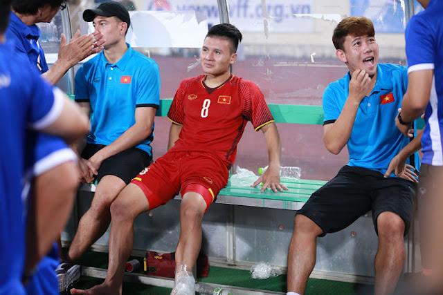 """Thủ môn Lâm """"Tây"""" thất thần khi bị HLV Park Hang Seo bỏ rơi 8"""