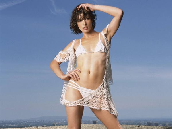Milla Jovovich sexy en traje de baño