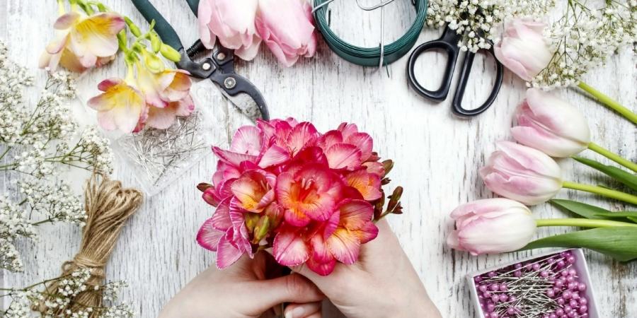 DIY - niebanalne kompozycje z wiosennych kwiatów, wystrój wnętrz, wnętrza, urządzanie domu, dekoracje wnętrz, aranżacja wnętrz, inspiracje wnętrz,interior design , dom i wnętrze, aranżacja mieszkania, modne wnętrza, DIY, zrób to sam, kwiaty, wiosna, dekoracja, kompozycje z kwiatów