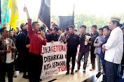 RATUSAN MAHASISWA DESAK PANWASLU DAN WAKIL REKTOR 3 UNTUK SELESAIKAN PROBLEM DEMOKRASI KAMPUS UNG