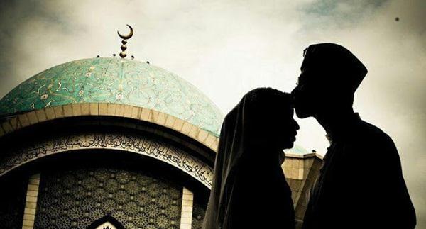 Mencium Mesra Istri. Image: Sorotriau