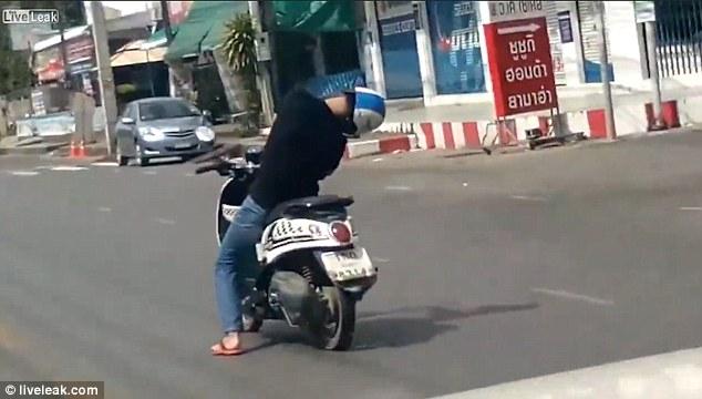 Tonton Nih VIDEO Gokil Bin Ajaib, Pria Tidur Bisa Mengendarai Motor