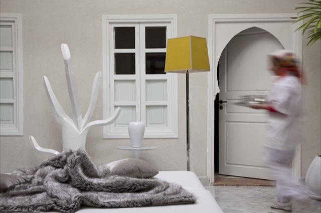 Una casa en blanco y mostaza