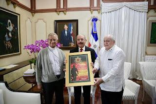 Presidente Danilo Medina recibe reconocimiento por aportes al bienestar y desarrollo gente de provincia Duarte