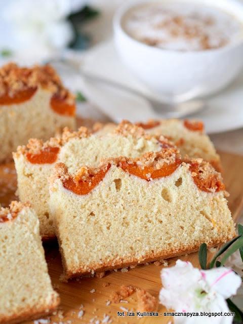 placek orkiszowy na bialkach, ciasto orkiszowo bialkowe, ciasto z owocami, placek bialkowy, jak wykorzystac bialka, co zrobic z bialek, nadmiar bialek, bialka jaj, morele, ciasto na niedziele, domowe ciasta, domowe wypieki