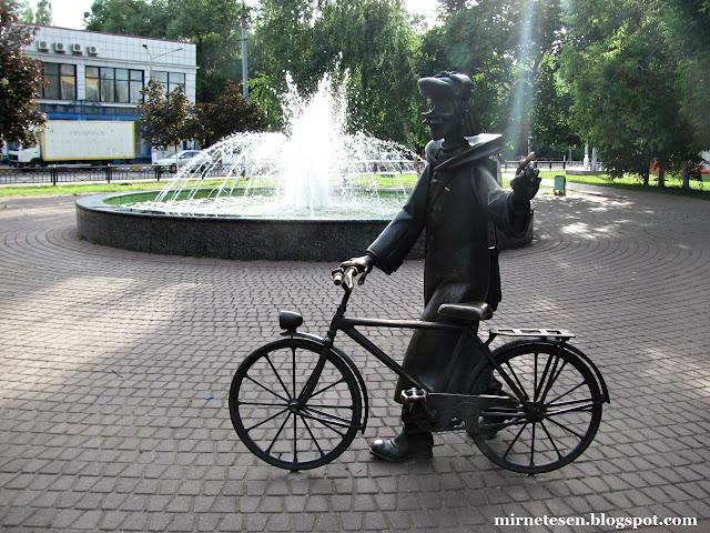 Дядя Фёдор наверное в городе с родителями :-)