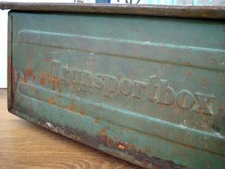 Cajas antiguas de metal estilo industrial