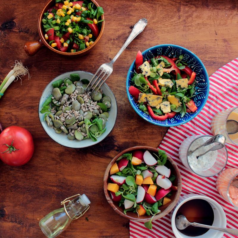 Kilka pomysłów na zdrowe sosy do sałatek.