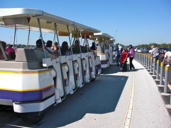 Trem dos estacionamentos nos parques Disney