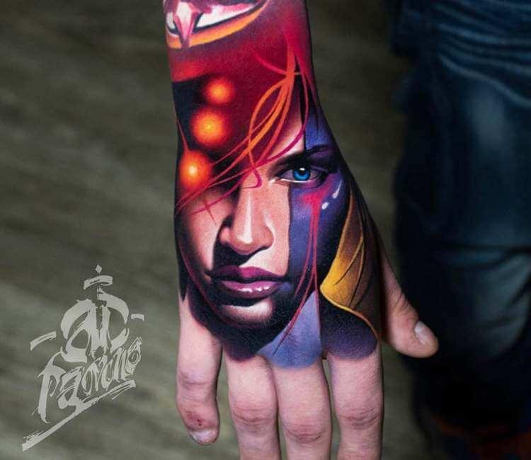 Tatuaje de un rostro en la mano