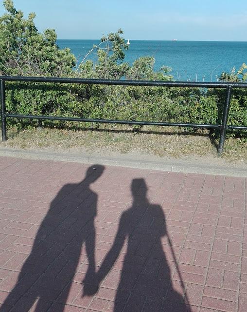 cień pary trzymającej się za ręce