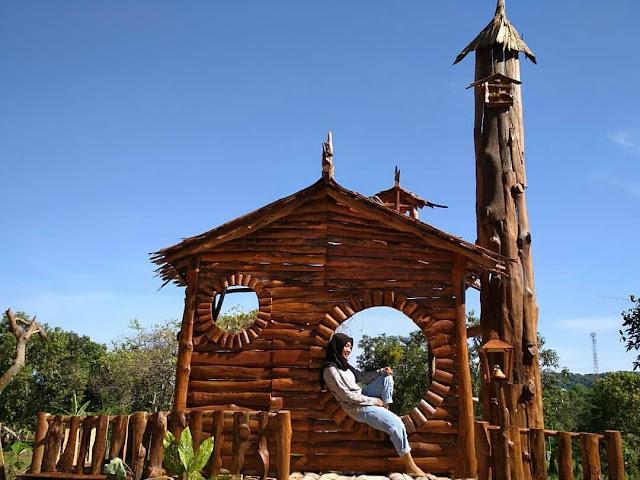 Wisata alam Gosari Gresik berkonsep bangunan kayu