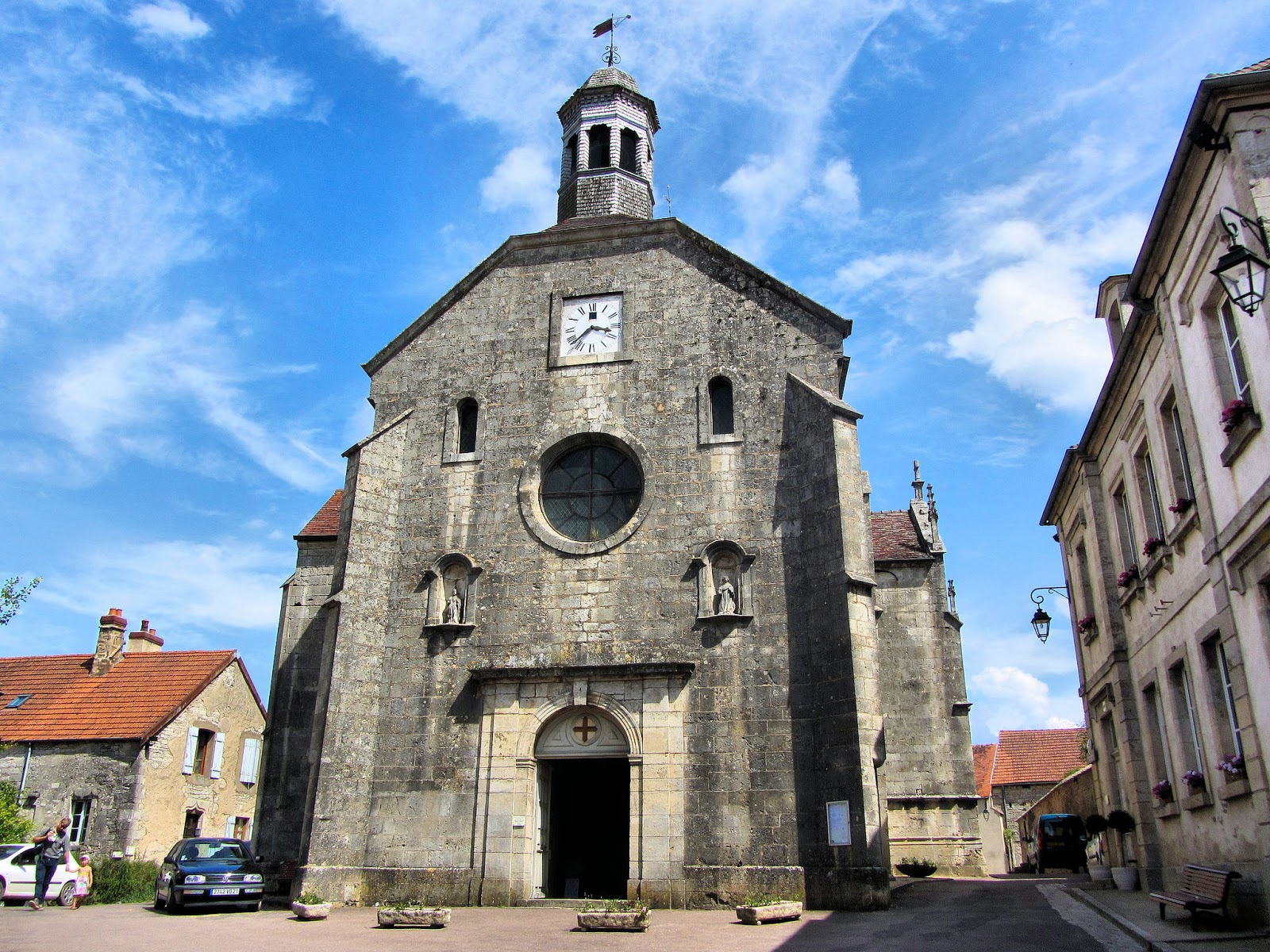 Front facade of the Church of Saint-Genest. Photo: Patrick.