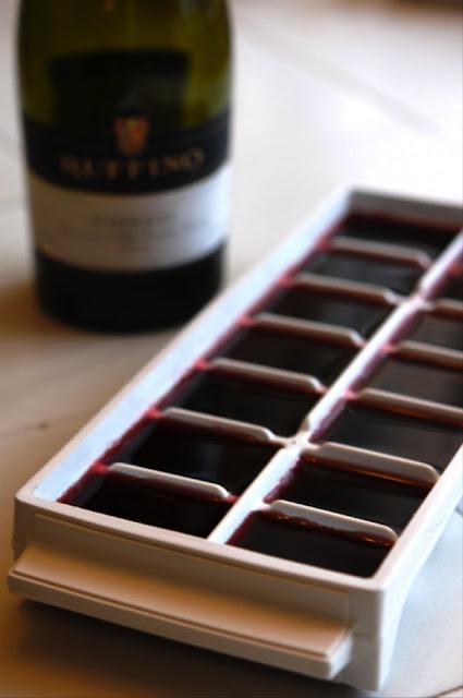 Congele vinho em formas para gelo para depois usá-lo em alguma experiência culinária.