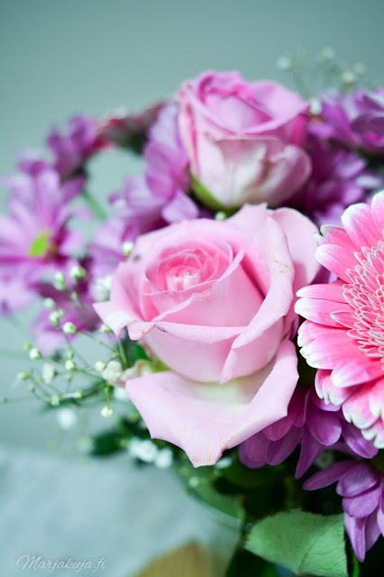 kukkakimppu roosa nauha kukka kimppu syntymäpäiväkimppu citymarket