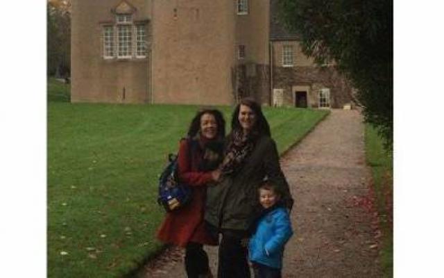التقط الأب صورة تذكارية لعائلته أمام قلعة.. لكن ما اكتشفوه لاحقاً كان مخيفاً! هل لاحظتم ما لاحظته العائلة في هذه الصورة؟.. مرعب جداً!!