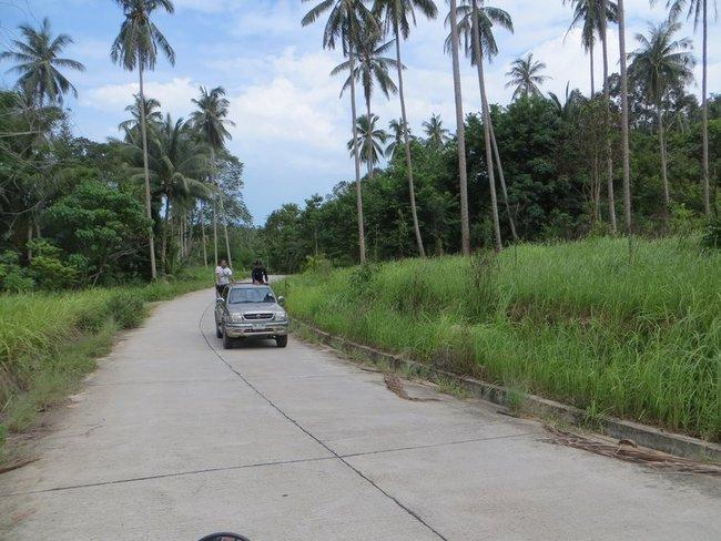 Пикап с пассажирами в кузове