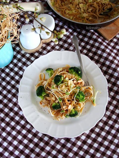 makaron z sosem serowym z brokułami
