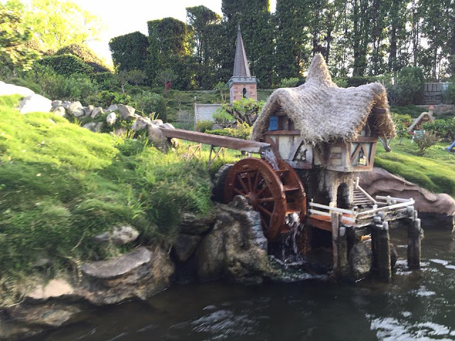 parc Disneyland Anaheim attraction Storybook Land Canal Boats