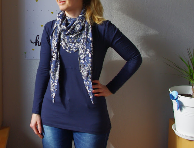 Frau mit Shirt Wintershirt  mit Tuch Schnittmuster für Frauen  von AnniNanni selbst genähtes  Damen Oberteil aus Jersey mit Viskose Schal Blau Blumen