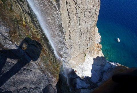 omorfos-kosmos.gr -Ο ψηλότερος καταρράκτης που χύνεται σε θάλασσα στον κόσμο βρίσκεται στην Ελλάδα.