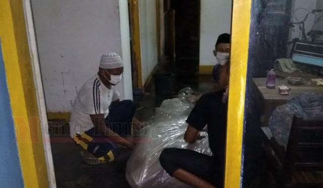 Mayat korban dievakuasi oleh petugas bersama warga