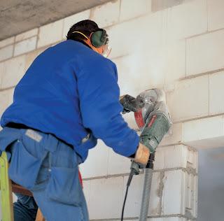 Резка проема в бетонной стене ручным штроборезом с алмазными дисками