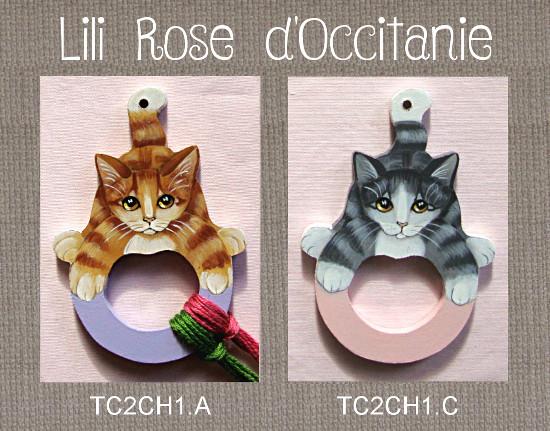Tri-fils en bois peint, anneau coloré, chat roux ou gris. Broderie et point de croix