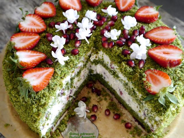 Tort szpinakowy z kremem jogurtowym, truskawkami i pestkami granatu - super fit - Czytaj więcej »