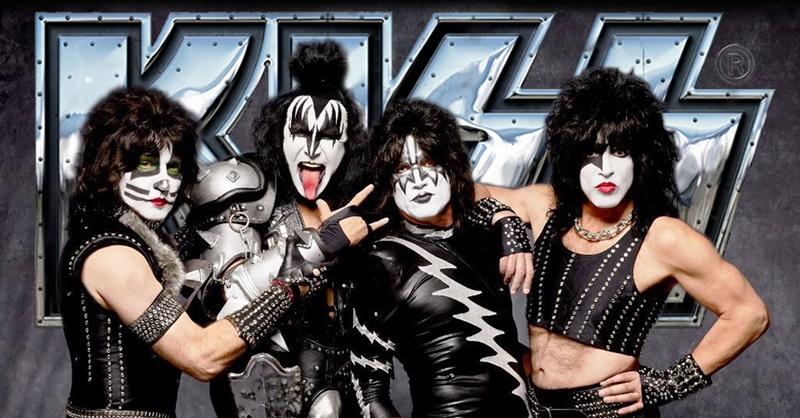A banda Kiss chocou a todos com suas fantasias como uniformes