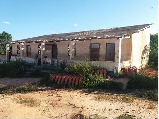 Paulo Ramos: temendo pela seguraça dos filhos, pais de alunos jogam abaixo escola que estava em ruínas