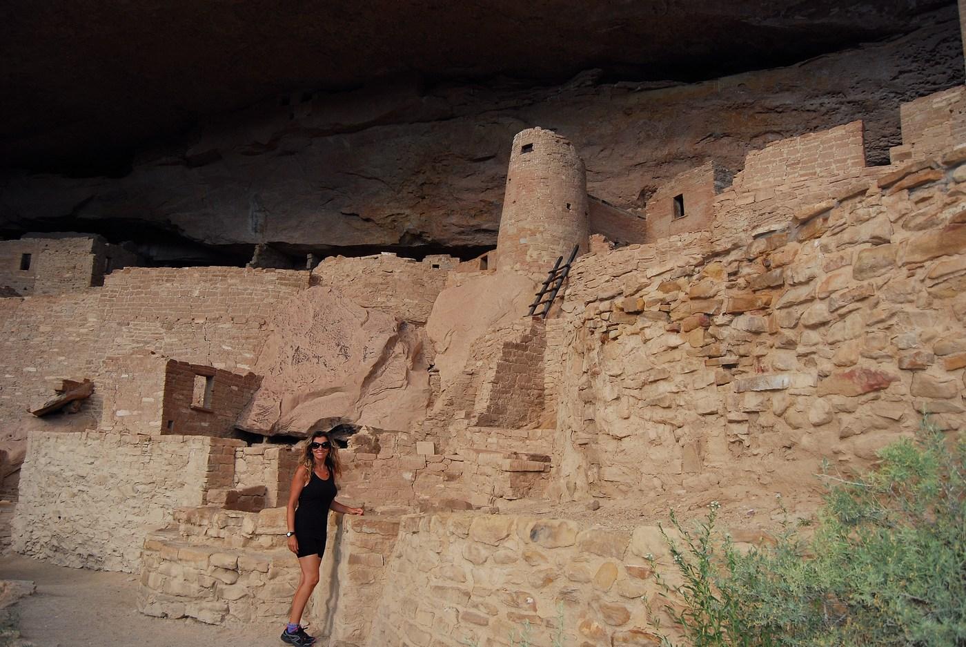 Les pièces d'habitation étaient à l'époque enduites de couleurs vives. Les familles vivaient ensemble et partageaient les chambres. Au plus profond du surplomb, on stockait les récoltes comme les haricots ou les courges.