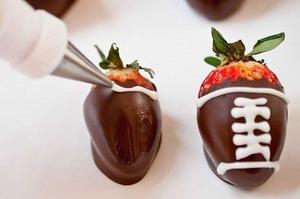 Как приготовить клубнику в шоколаде, клубника, клубника в шоколаде, шоколад, глазурь, ягоды, десерты ягодные, десерты клубничные, ягоды в глазури, десерты, сладости, глазурь шоколадная, блюда из клубники рецепты на день Влюбленных, клубника на День влюбленных, День влюбленных, клубника в корсете, эротические блюда,