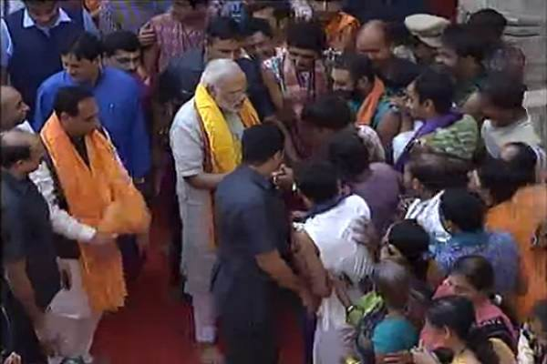 pm-narendra-modi-meet-with-people-outside-dwarkadheesh-temple