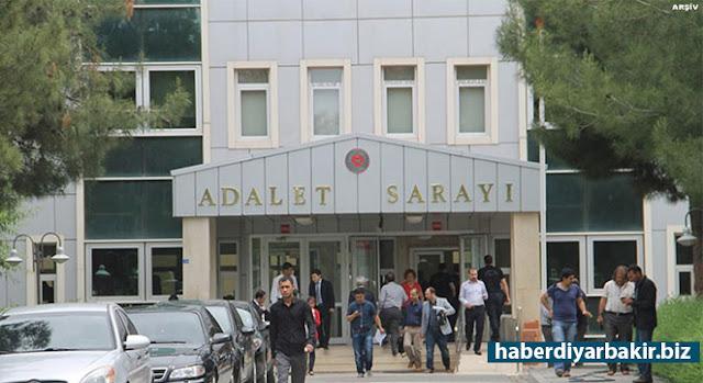 DİYARBAKIR-Diyarbakır Cumhuriyet Başsavcılığının yürüttüğü soruşturma kapsamında 4 Kasım'da çıkarıldığı Sulh Ceza Hakimliği tarafından tutuklanan HDP Eş Genel Başkanı Selahattin Demirtaş'ın avukatı tarafından tutukluluğuna yapılan itiraz 3. Sulh Ceza Hakimliğince reddedildiği bildirildi.