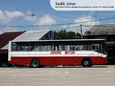 Gambar bas Johore Motor di Sedili Kechil .. Bas berwarna putih merah.