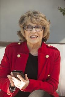 femme senior et son smartphone