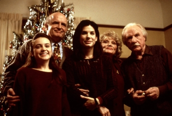 Monica Keena, Peter Boyle, Sandra Bullock, Micole Mercurio, and Jack Warden pose for a Christmas photo in WHILE YOU WERE SLEEPING (1995)