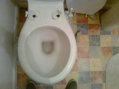 witzige Bilder - Mann vor einem glücklich lachendem Klo