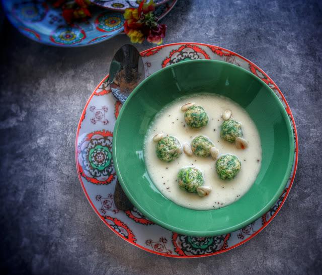 gnocchi di pane e spinaci su fondura di pecorino con mandorle e pepe di timut
