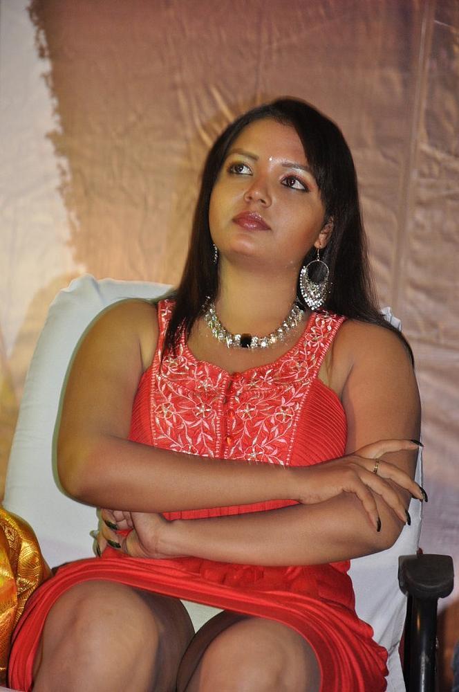 Slicypics Indian Actress Tamanna Bhatia Photos: INDIAN ACTRESS: Tamil Actress Paveena Showing Her Thighs