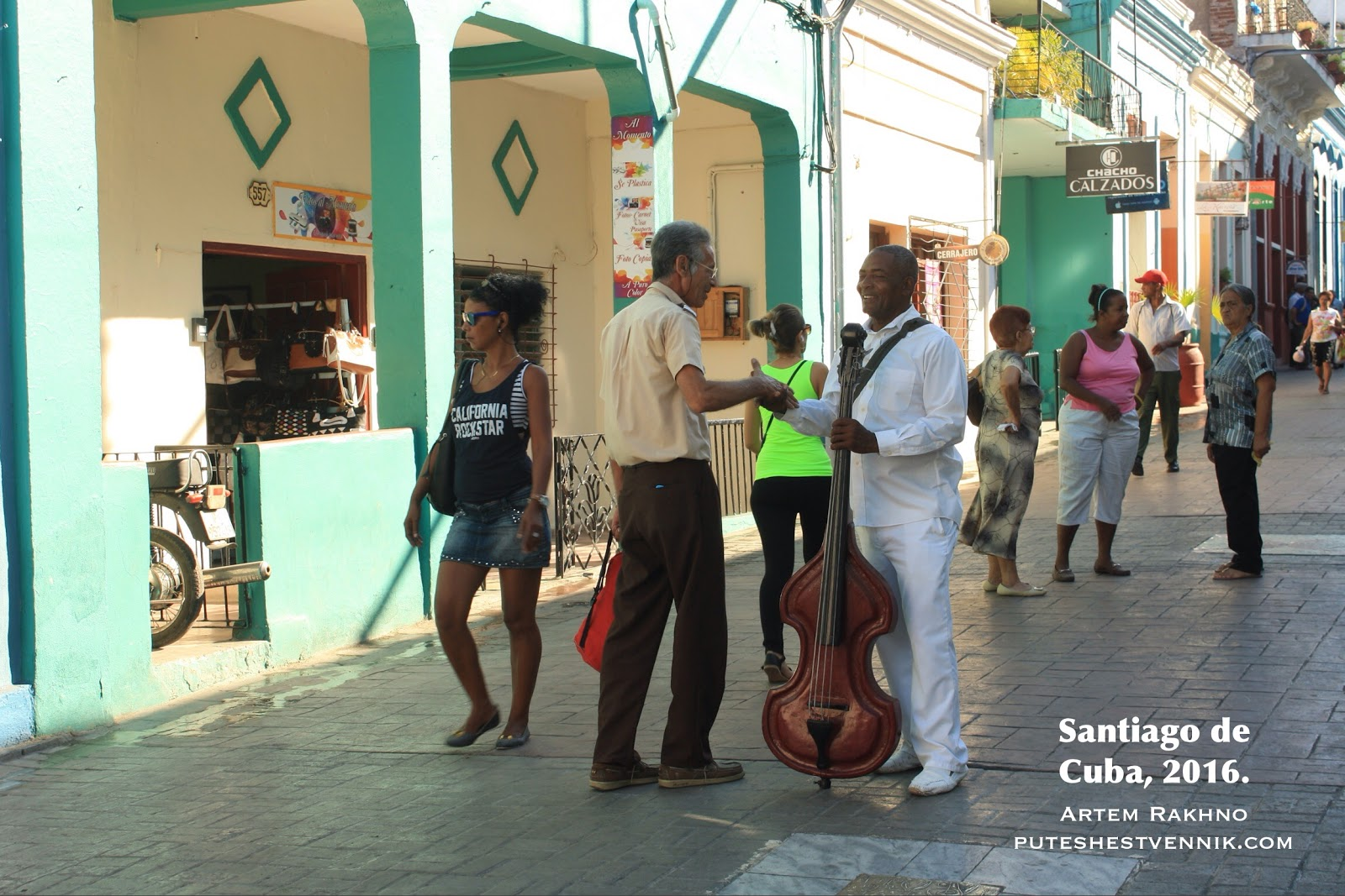 Музыкант приветствует друга на улице в Сантьяго